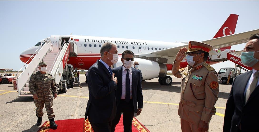 وزير الدفاع التركي خلوصي أكار لدى وصوله طرابلس