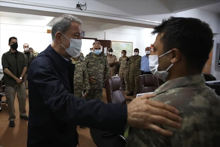 وزير الدفاع التركي خلوصي أكار خلال زيارة لقواته في ليبيا مطلع هذا الشهر