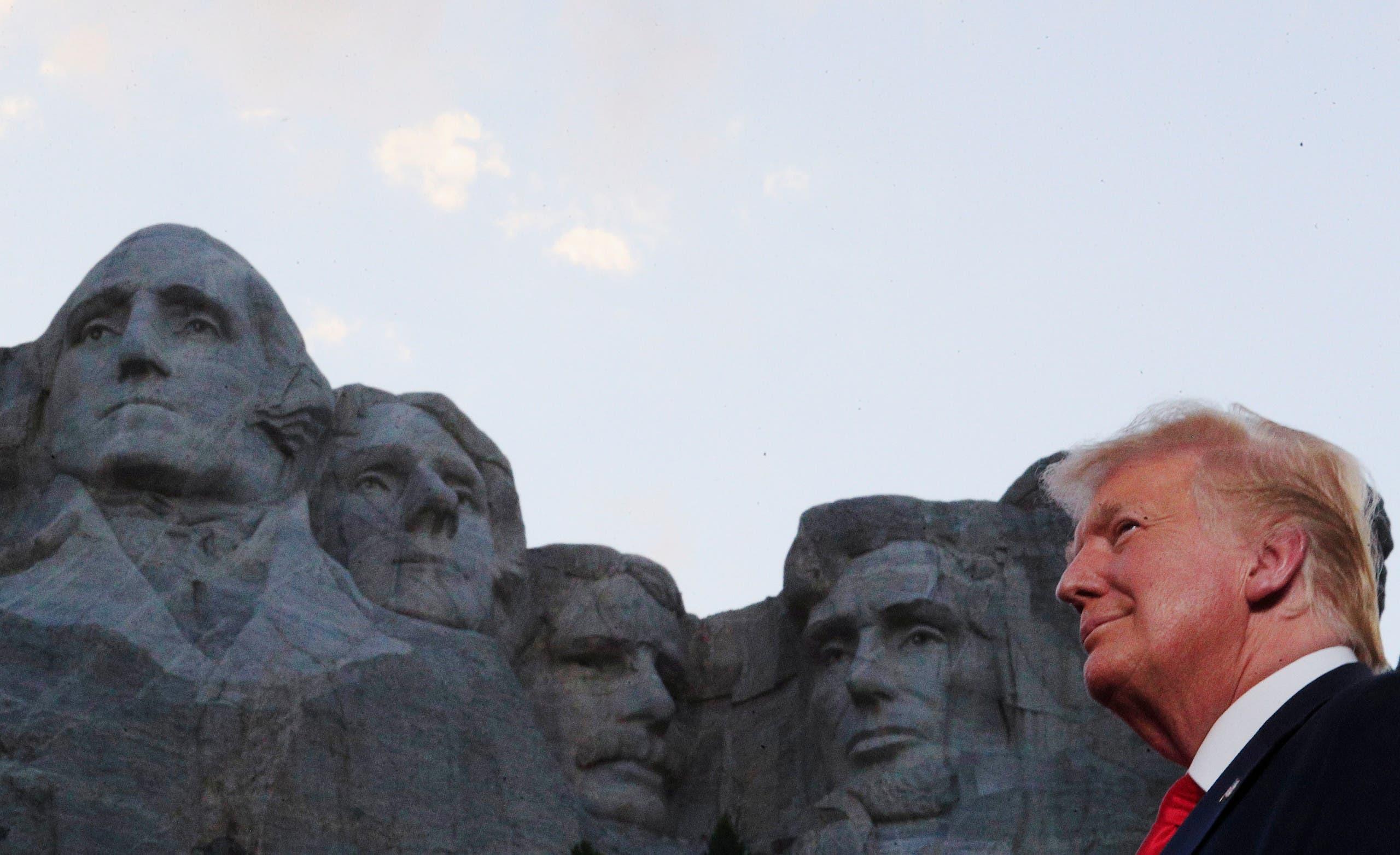 الرئيس ترمب من أمام جبل رشمور
