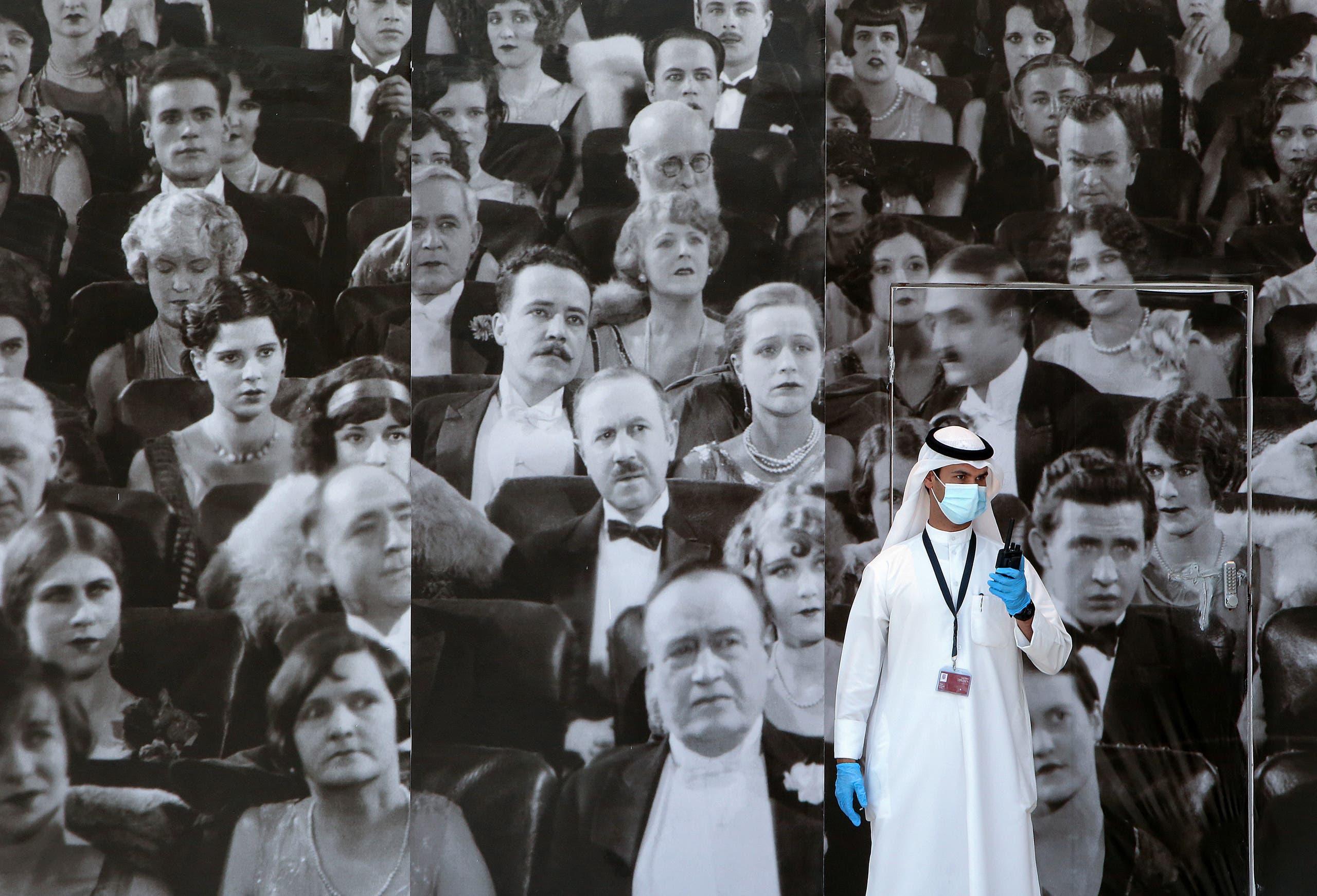 قفازات وكمامات ومعقمات على مدخل متجر في الكويت
