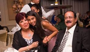 رجاء الجداوي وزوجها وحفيدتها