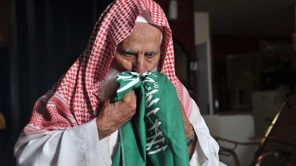 أصيب بكورونا.. صاحب الصورة الشهيرة بتقبيل العلم السعودي