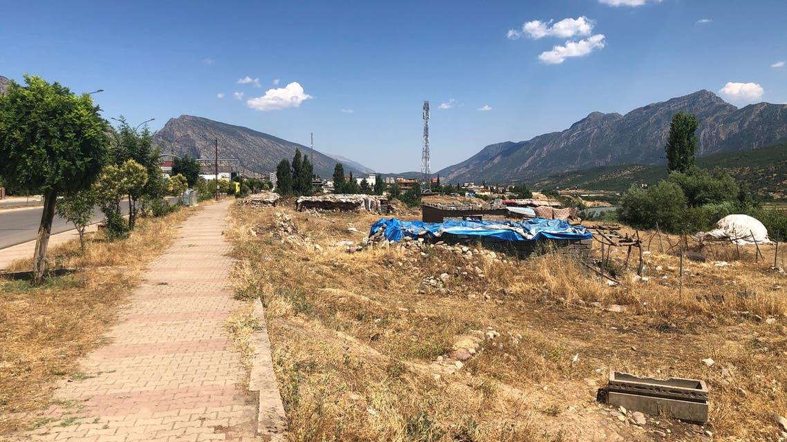 من بلدة شيلادزي بعد الضربات الجوية التركية شمال محافظة دهوك بالقرب من الحدود التركية بالعراق