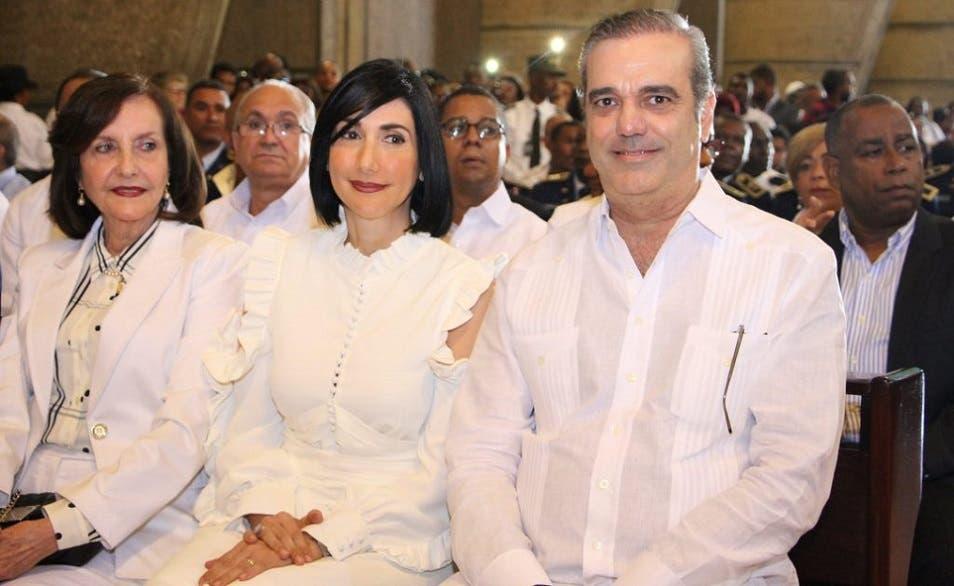 مع زوجته ووالدته الدومينيكانية، أما والده الذي كان وزيراً فتوفي في 1998 بعمر 89 سنة