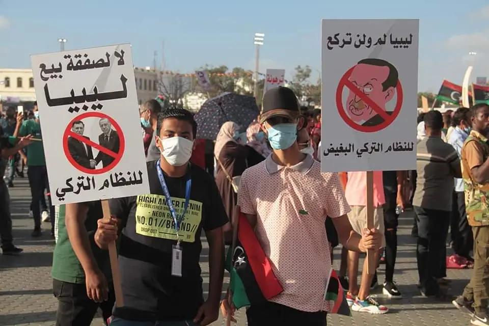 Libya anti-Turkey protesters holidng signs showing President Recep Tayyip Erdogan and the GNA leader in Benghazi, June 5, 2020. (Al Arabiya)