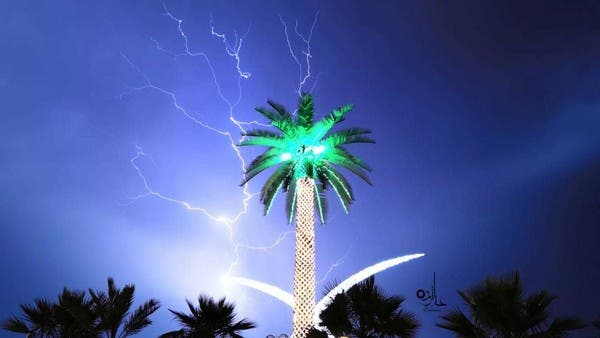 صور مبهرة.. البرق يعانق ميداناً شهيراً جنوب السعودية