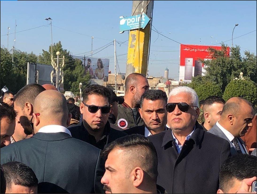 تصویر فالح الفیاض هنگام مشارکت در تظاهرات علیه آمریکا در مقابل سفارت این کشور در بغداد