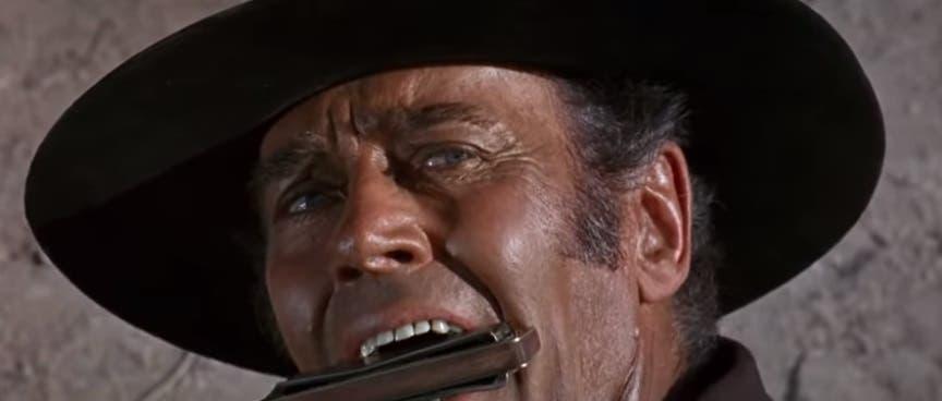 فوندا يموت والهارمونيكا في فمه مكتشفاً هوية المنتقم