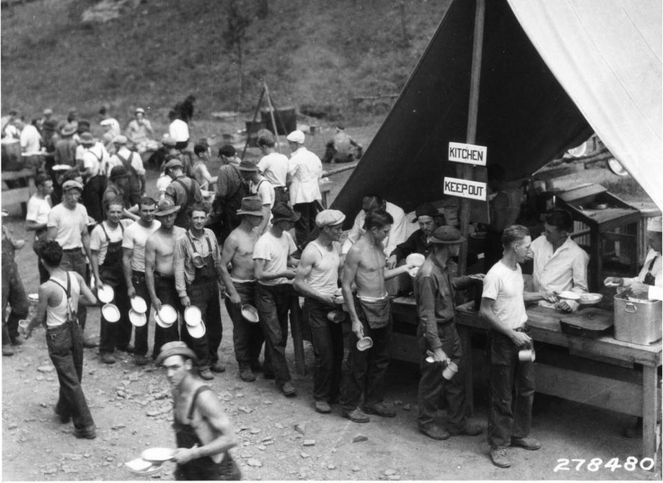 صورة لعدد من المنتدبين اثناء استعدادهم للحصول على الطعام