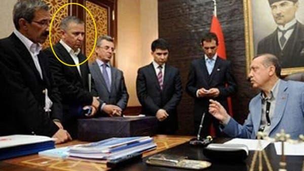 ايدن اونال يكى از مشاوران اردوغان كه با علامت دايره نشان داده شده است