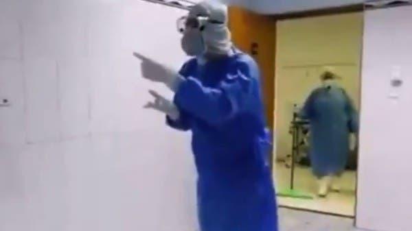 فيديو.. ممرض يغني بصوت مؤثر لمسنة مصابة بكورونا
