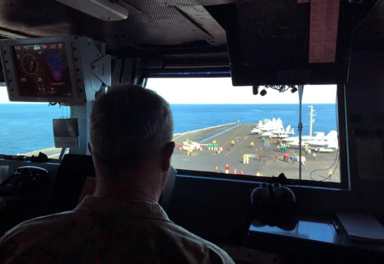 الجنرال كينيث ماكينزي يراقب الأعمال العسكرية من حاملة الطائرات الأميركية