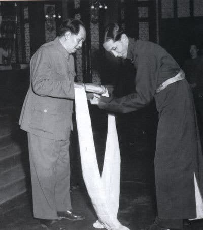 صورة تبرز تلقي ماو تسي تونغ لنص الاتفاقية الموقعة مع التبت