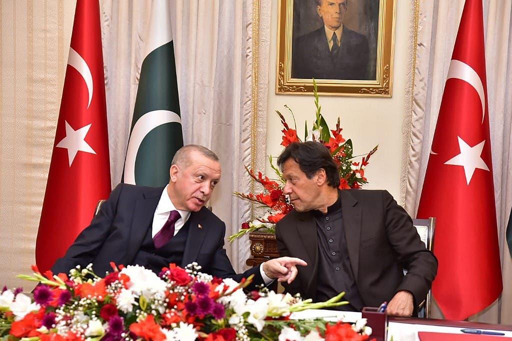 Turkish President Recep Tayyip Erdogan (L) speaks with Pakistan's Prime Minister Imran Khan in Islamabad. (Handout/AFP)