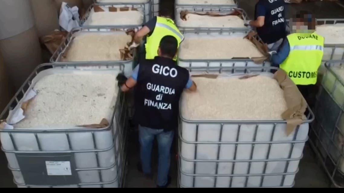 من عملية ضبط المخدرات في إيطاليا (رويترز)