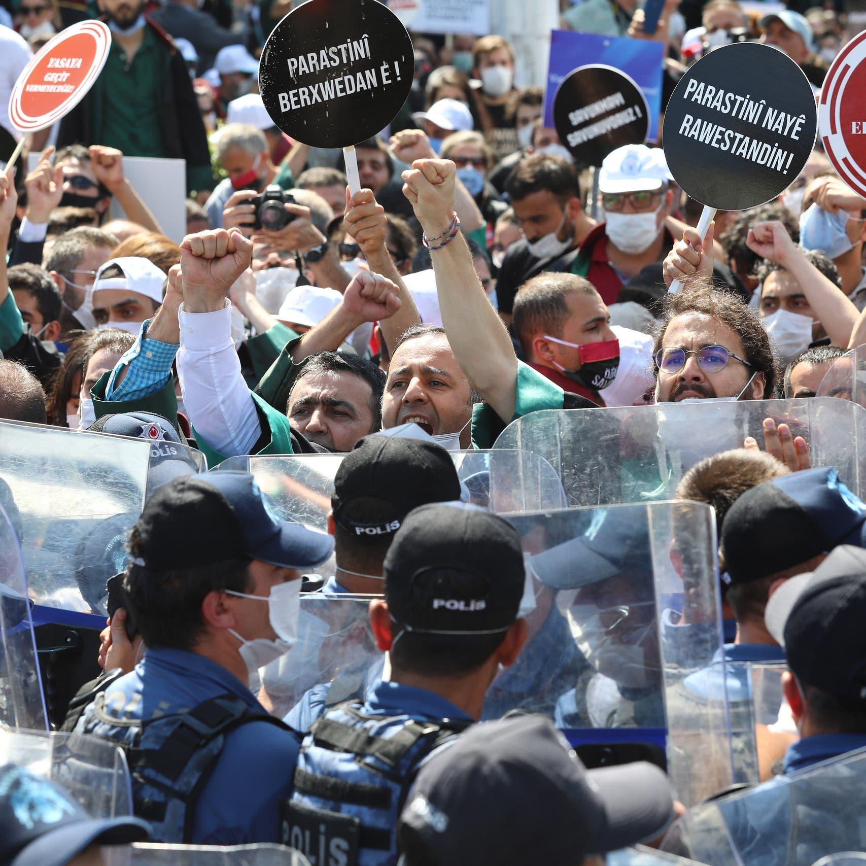 أردوغان يتحدى المحامين مجدداً ويضعهم بقفص الاتهام مع موكليهم