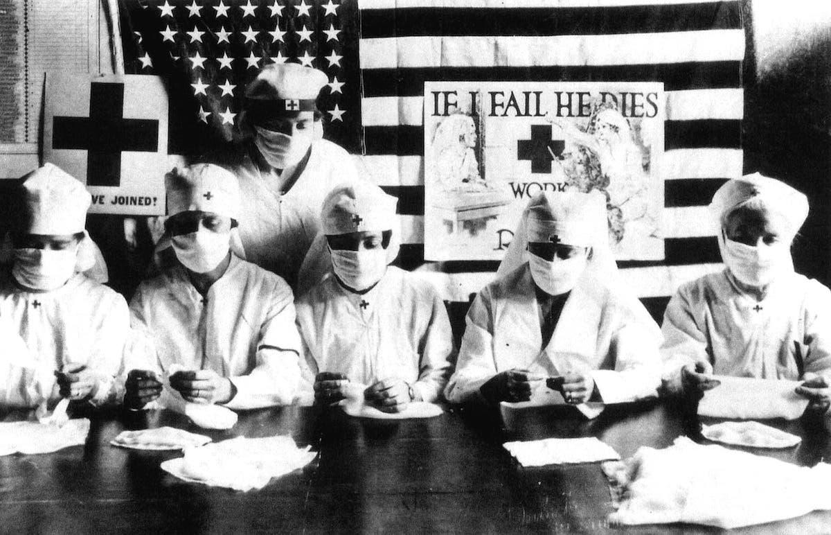 صورة لأحد الفرق الطبية المجندة لمواجهة الأنفلونزا الإسبانية بالولايات المتحدة الأميركية
