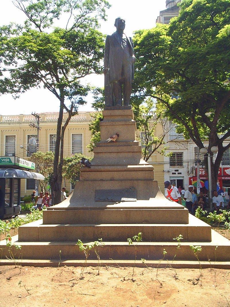 نصب تذكاري يجسد الرئيس ألفيز