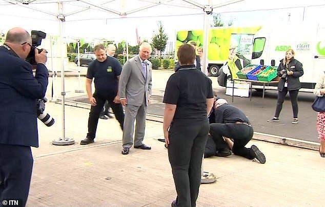 لحظة سقوط الرجل على الأرض