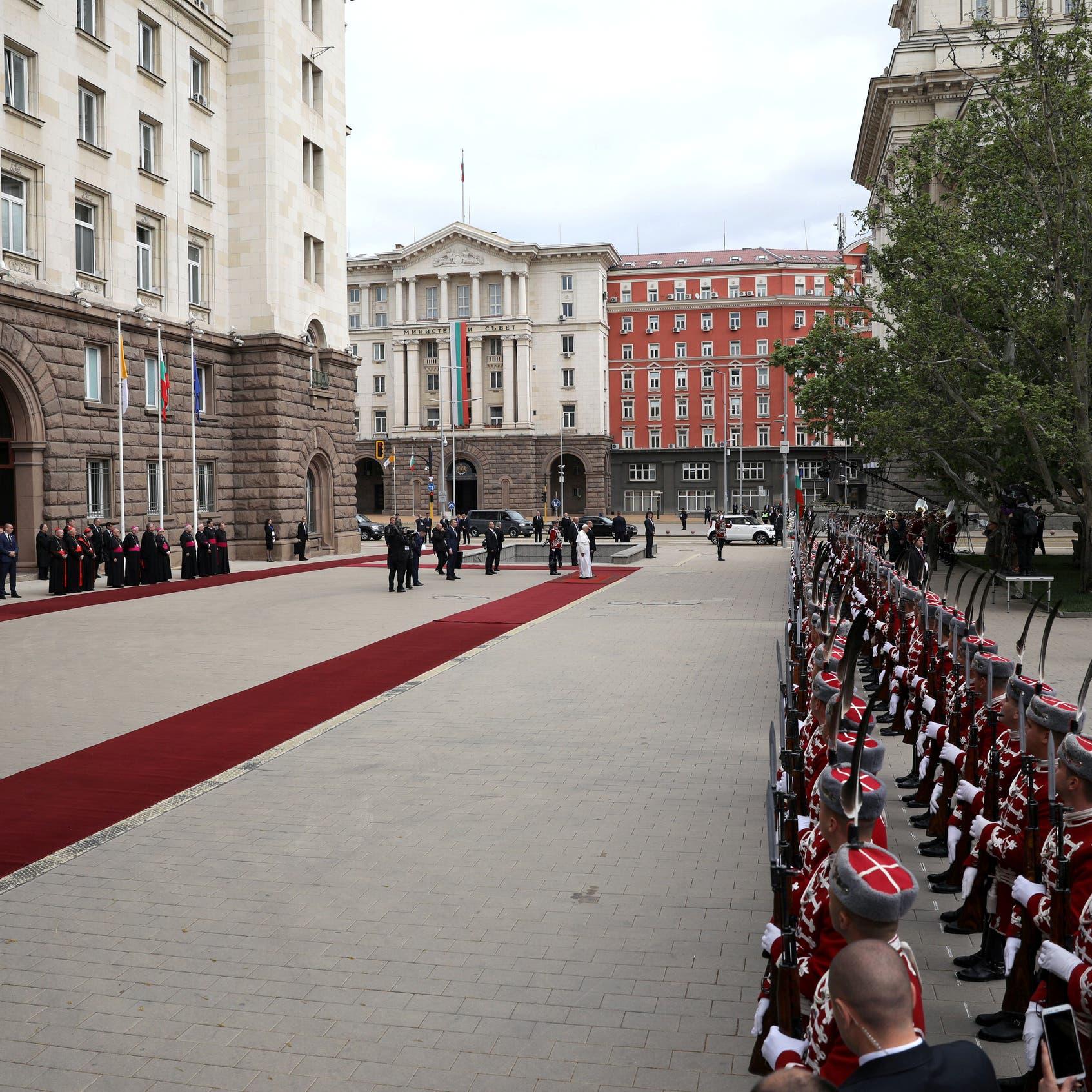 مداهمة في قصر رئاسي أوروبي.. ورئيس يصف حكومته بـ