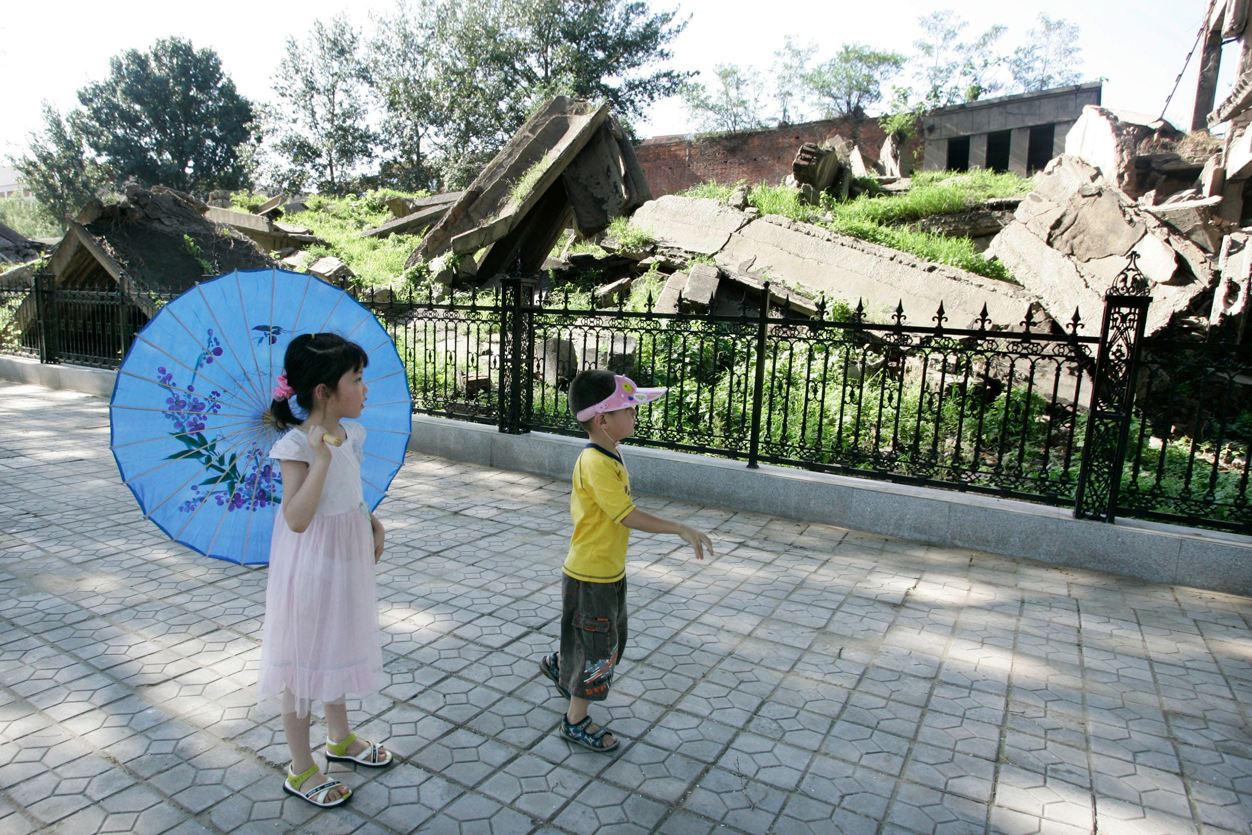 Two children look at ruins of Hebei Polytechnic University library in Tangshan. (Reuters)
