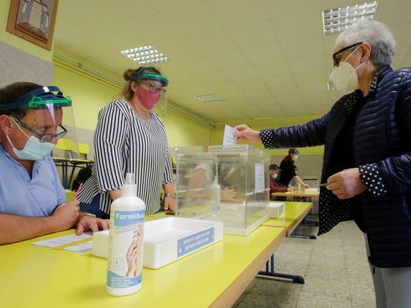 بالصور.. انتخابات في مناطق إسبانية يتفشى بها كورونا مجدداً