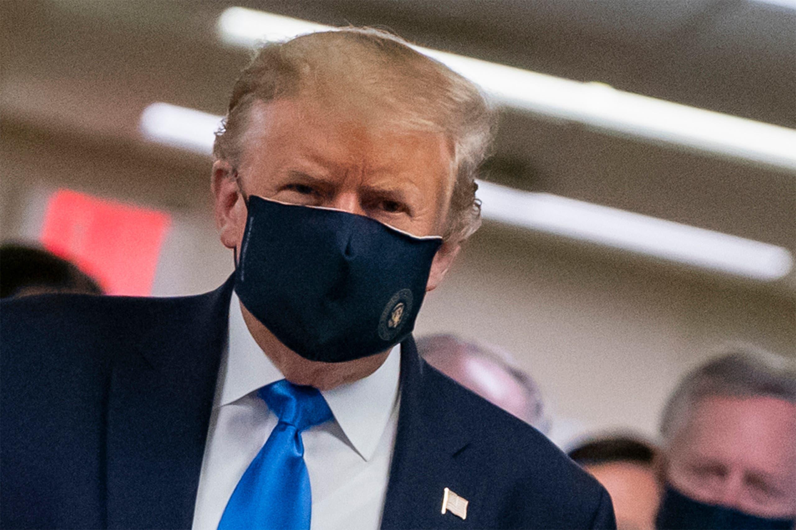 الرئيس الأميركي مرتديا قناع الوجه