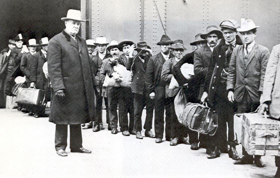 مهاجرون إيطاليون عقب نزولهم بأميركا أواخر القرن 19