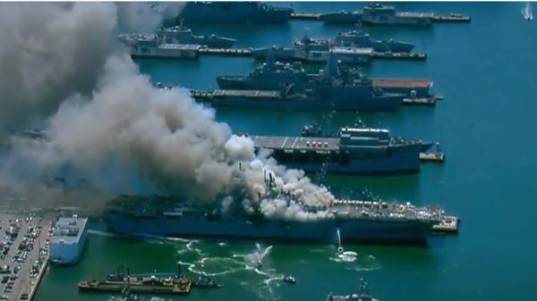 مشاهد لحريق كبير على متن بارجة أميركية في سان دييغو