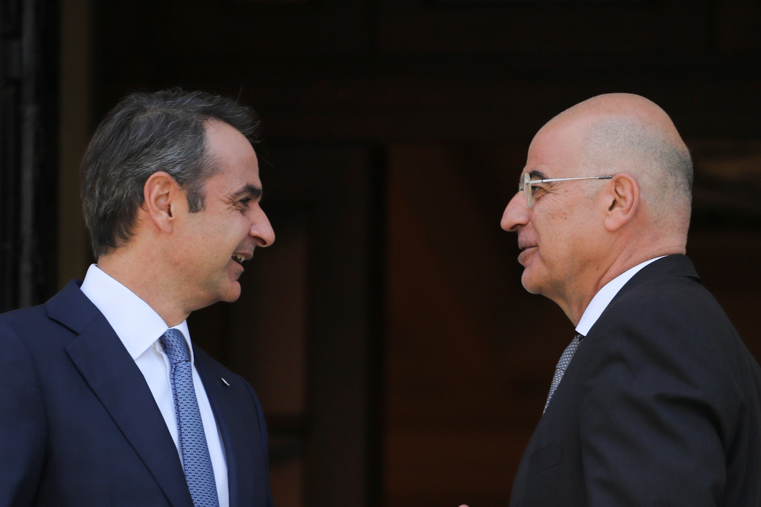 وزير الخارجية اليوناني دندياس مع رئيس الوزراء اليوناني متسوتاكيس قبل لقاء مع الرئيس القبرصي
