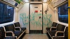 فنان شهير يمنح مترو لندن رسماً غرافيتياً.. وعمال تنظيف يزيلونه