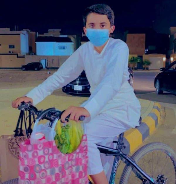 عبدالله ينقل بضاعته عبر الدراجة