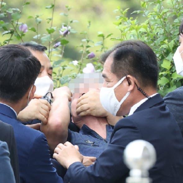 فيديو لغاضب ينقضّ بالحذاء على رئيس كوريا الجنوبية