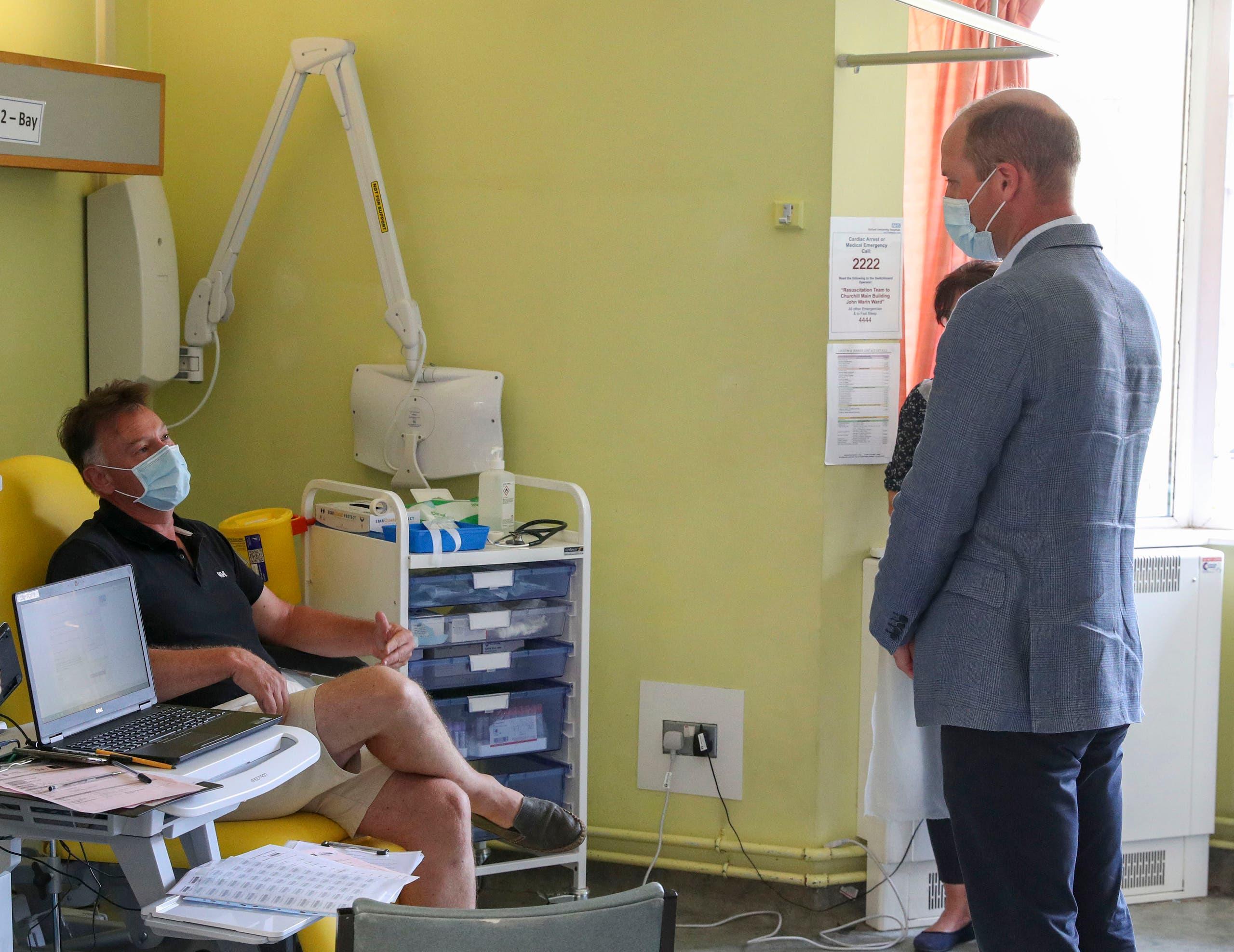 الأمير وليام يتحدث مع أحد المتطوعين لتجربة أحد لقاحات كورونا التي يتم تطويرها في بريطانيا