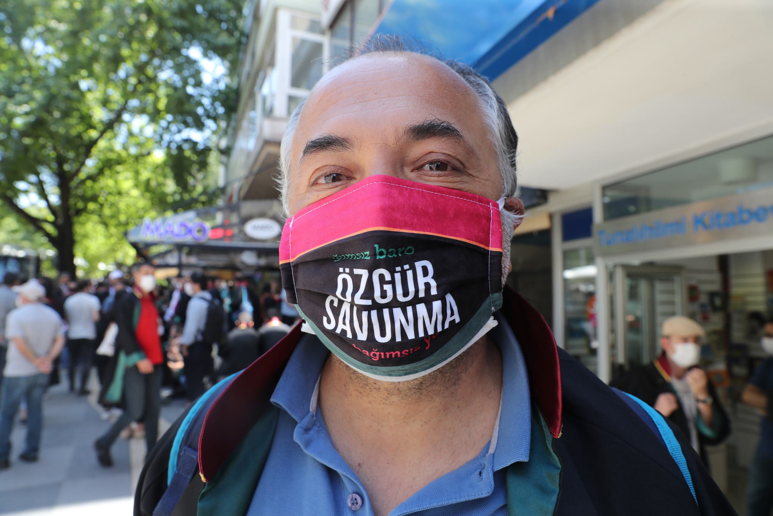"""محامي يعتصم أمام قصر العدل باسطنبول وكتب على كمامته """"حرية الدفاع"""""""