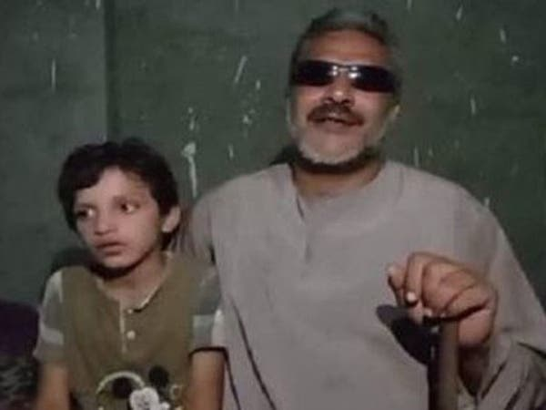 لم يرَ ابنه ويتخذه دليلاً.. قصة شيال كفيف هزّ مشاعر المصريين