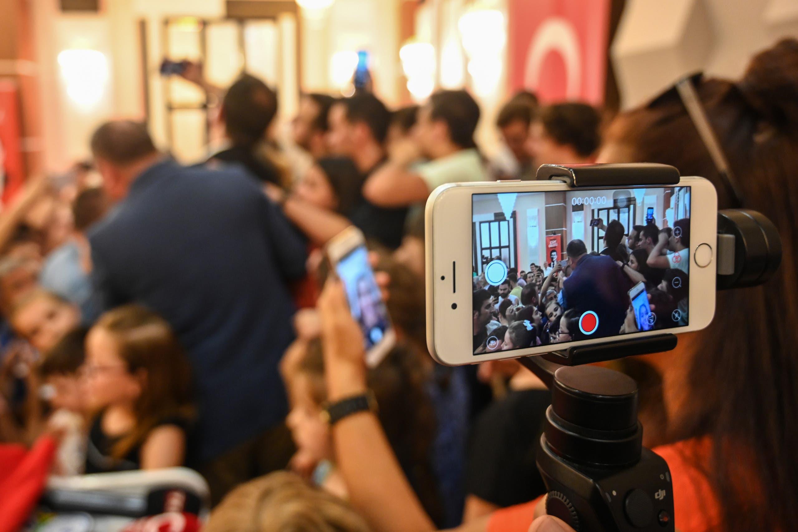 فريق التواصل الاجتماعي لإكرام إمام أوغلو ينقل مباشرةً أحد تجمعاته الانتخابيه خلال حملته للفوز ببلدية اسطنبول في يونيو الماضي