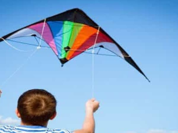 شاهد.. طفل ينجو من الموت بأعجوبة بسبب طائرة ورقية