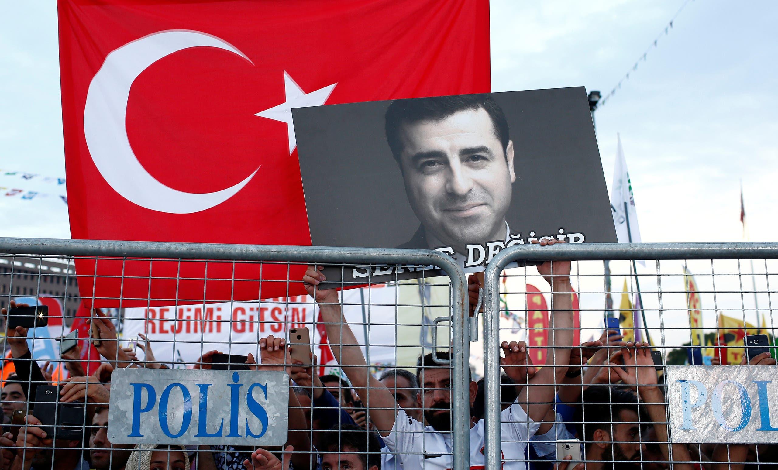 مناصرون لحزب الشعوب الديمقراطي يرفعون صورة لديمرتاش خلال تجمع في اسطنبول
