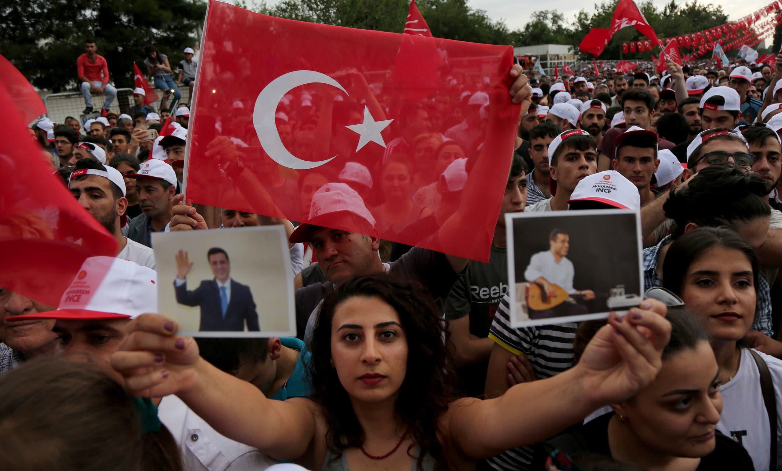 مناصرة لحزب الشعوب الديمقراطي تحمل صورة لديمرتاش خلال تجمع في دياربكر