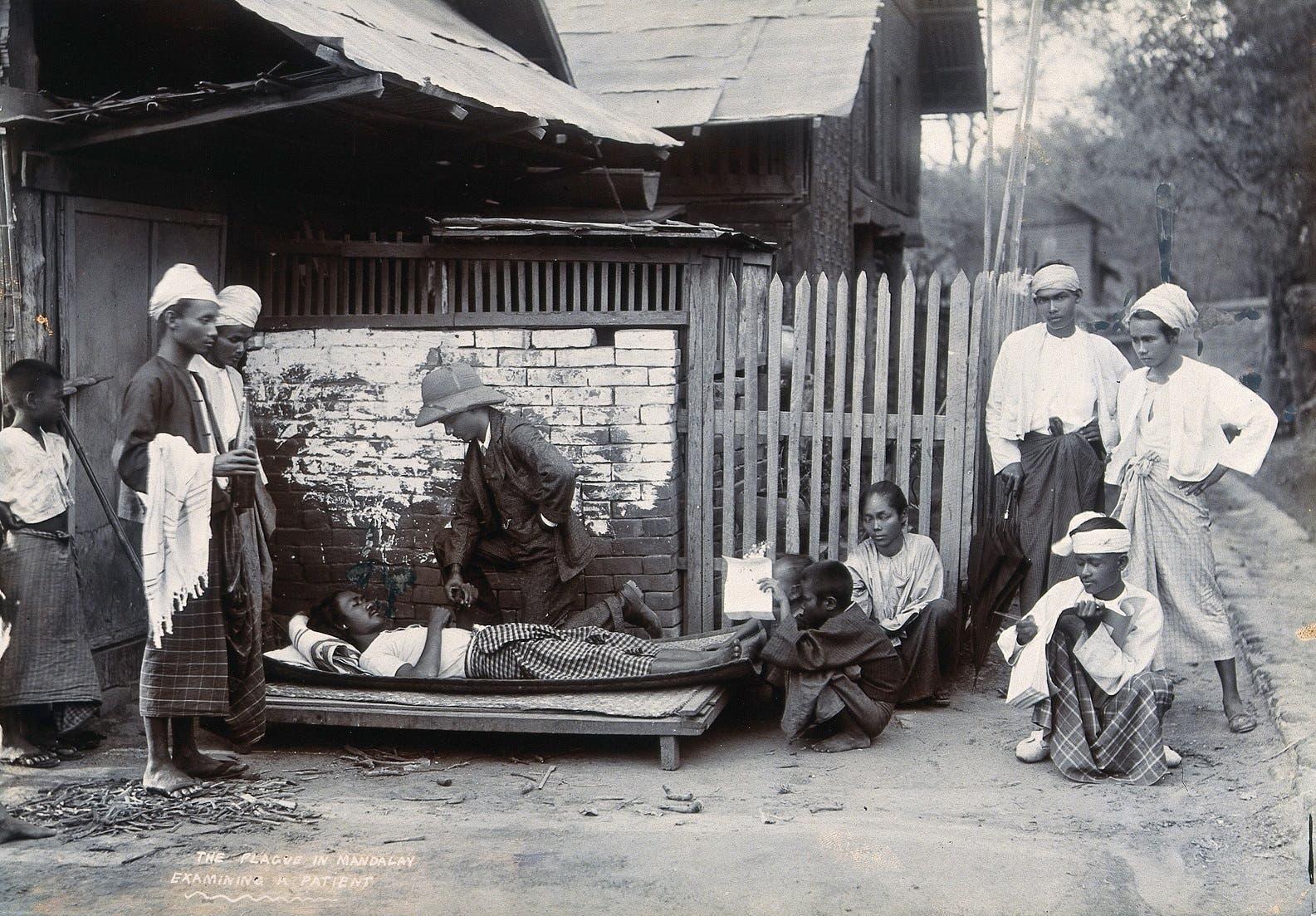 صورة لعملية فحص أحد المصابين بالطاعون بميانمار