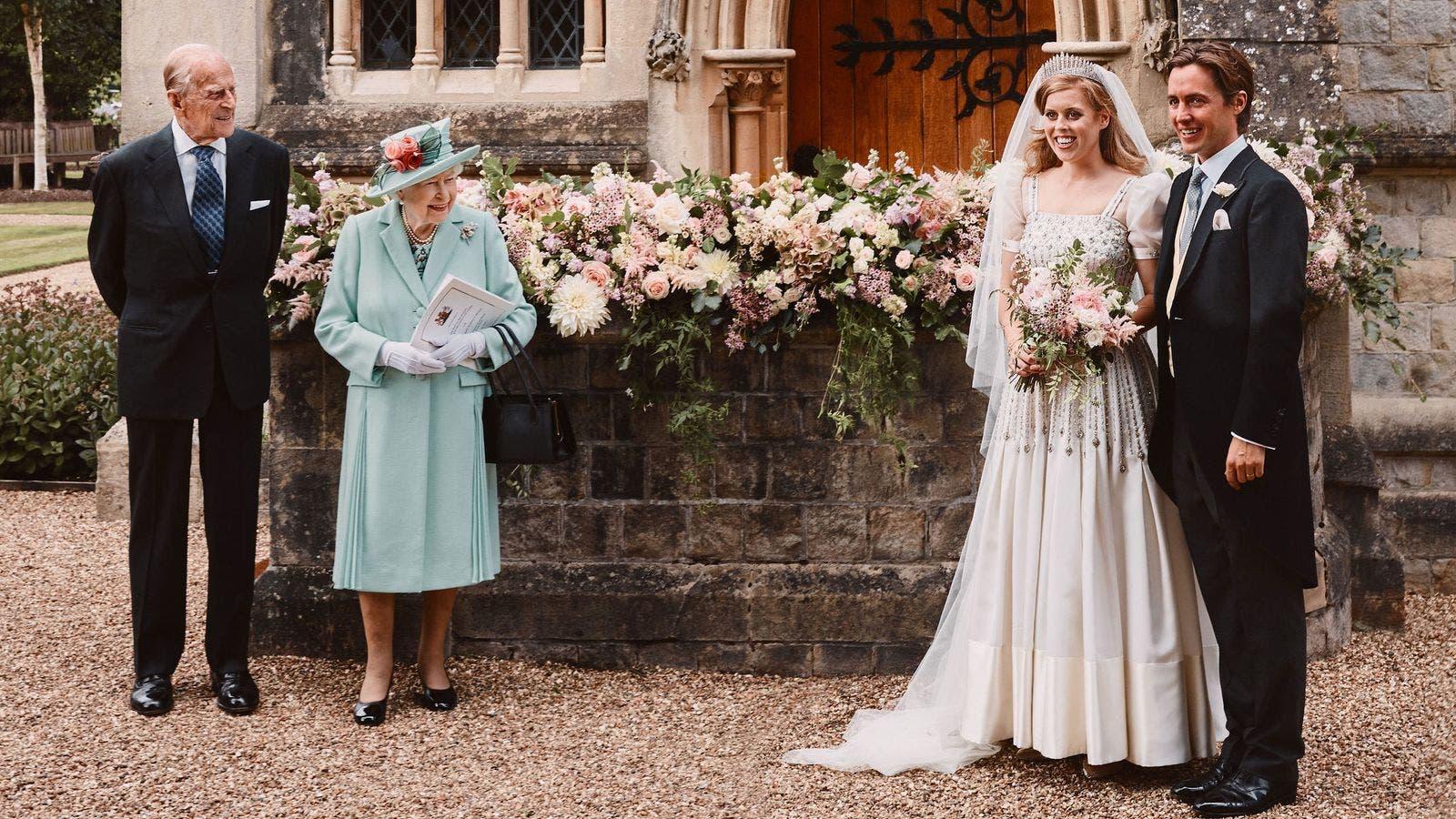 العروسان برفقة ملكة بريطانيا وزوجها الأمير فيليب