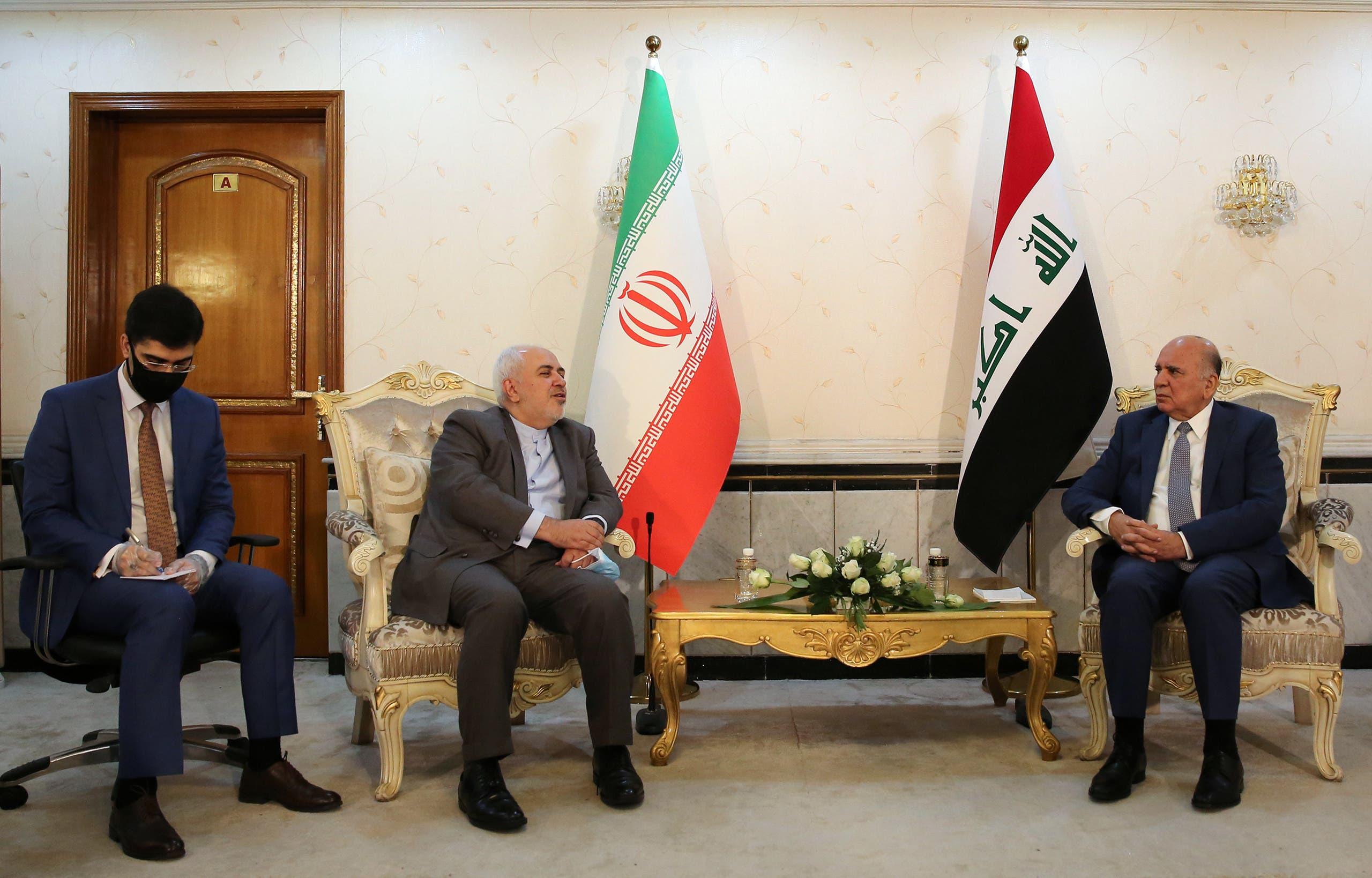 وزير الخارجية العراقي فؤاد حسين خلال لقائه نظيره الإيراني في بغداد (19 يوليو 2020- فرانس برس)