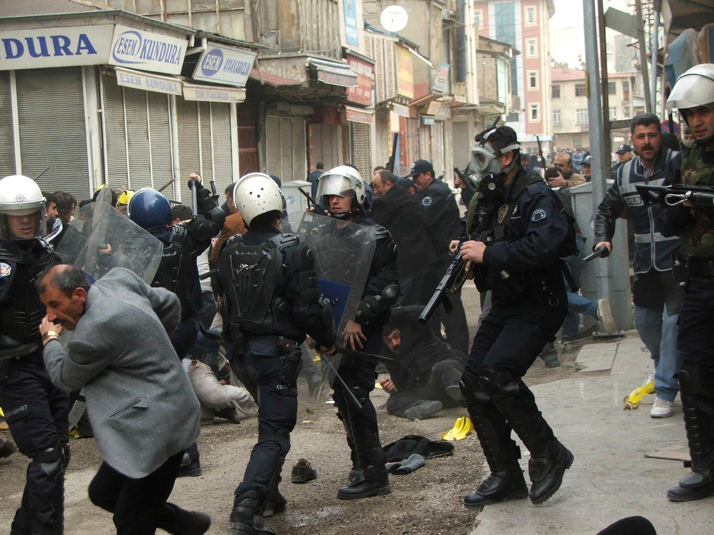Turkish riot police disperse pro-Kurdish demonstrators in Van, Turkey on March 22, 2008. (File photo: AP)