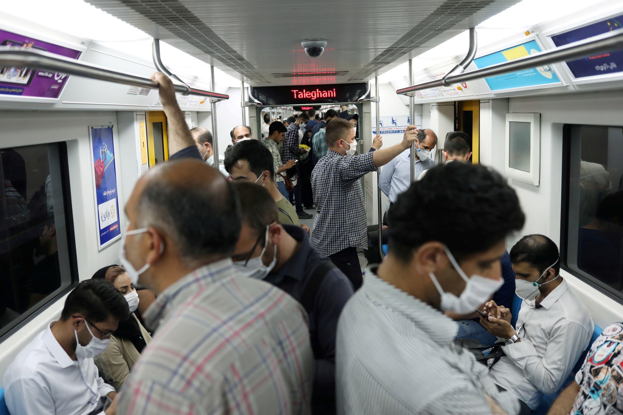 اكتظاظ في مترو طهران والركاب يتسلحون بالكمامات