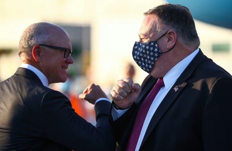 وزير الخارجية الأميركي مايك بومبيو (يمين) عند وصوله إلى لندن في 20 تموز/يوليو 2020 وفي استقباله السفير الأميركي لدى بريطانيا روبرت وود جونسون
