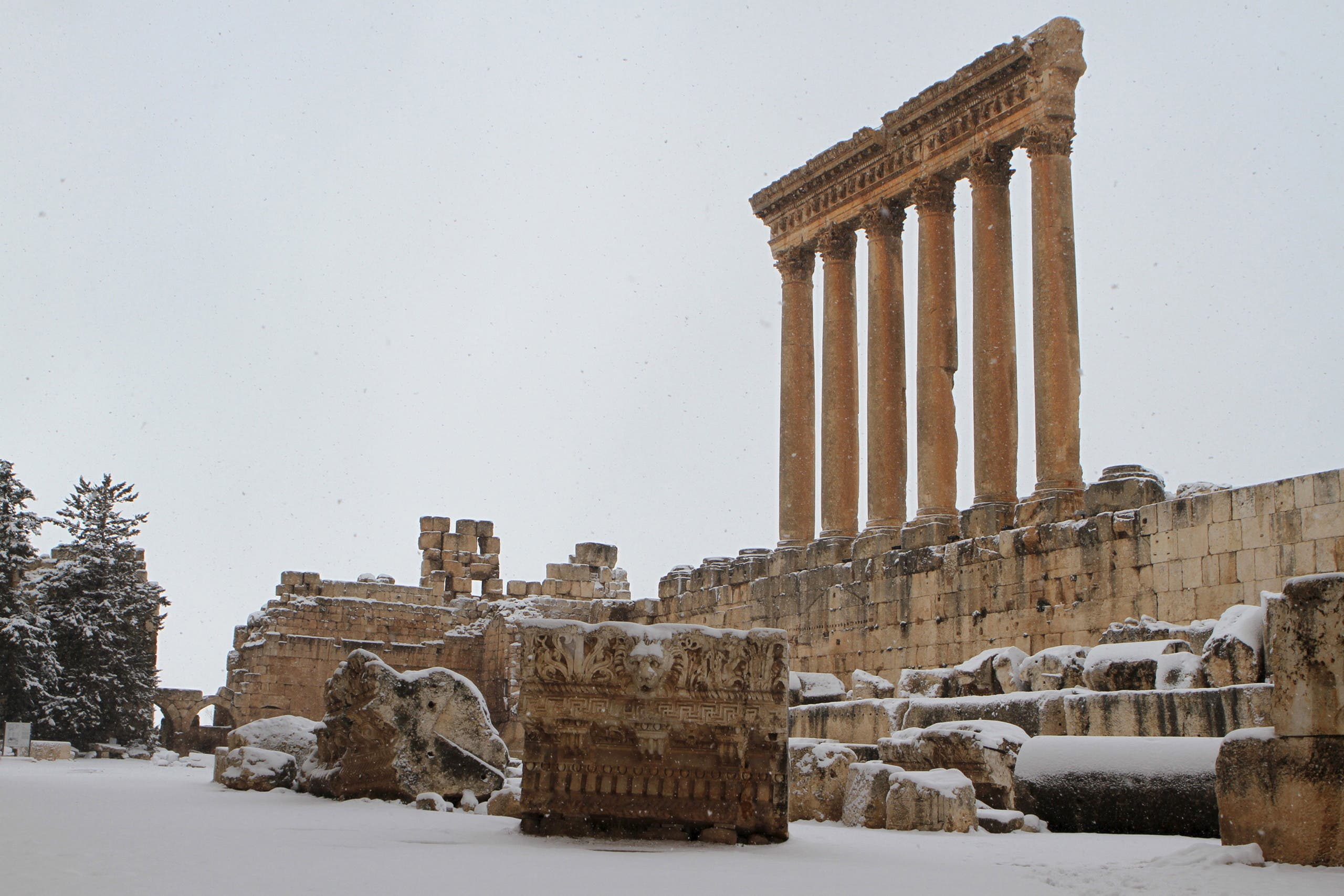Snow covers the historical ruins of Baalbek in eastern Lebanon, January 25, 2016. (Reuters)