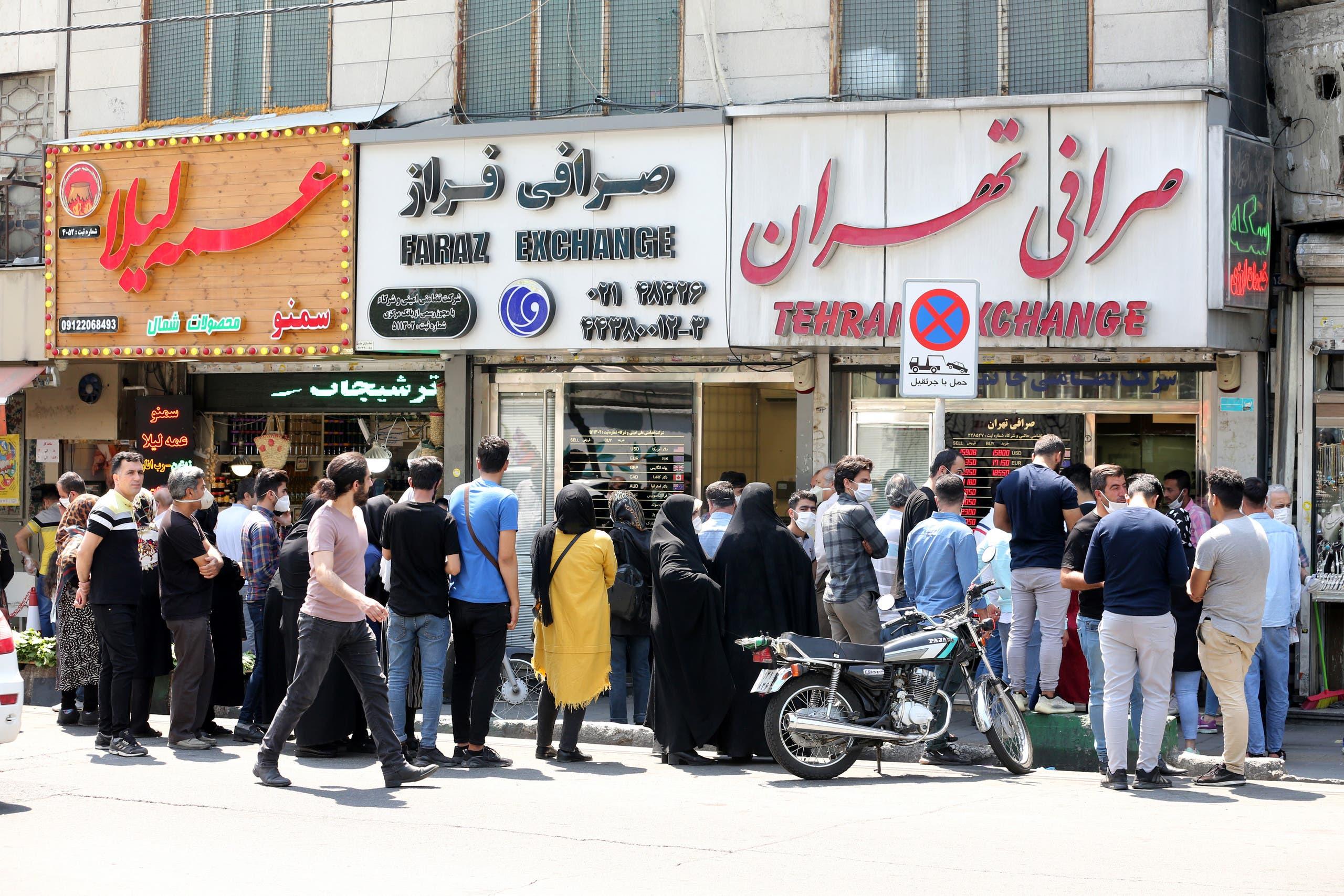 ازدحام على مكتب صرافة في طهران في مايو الماضي