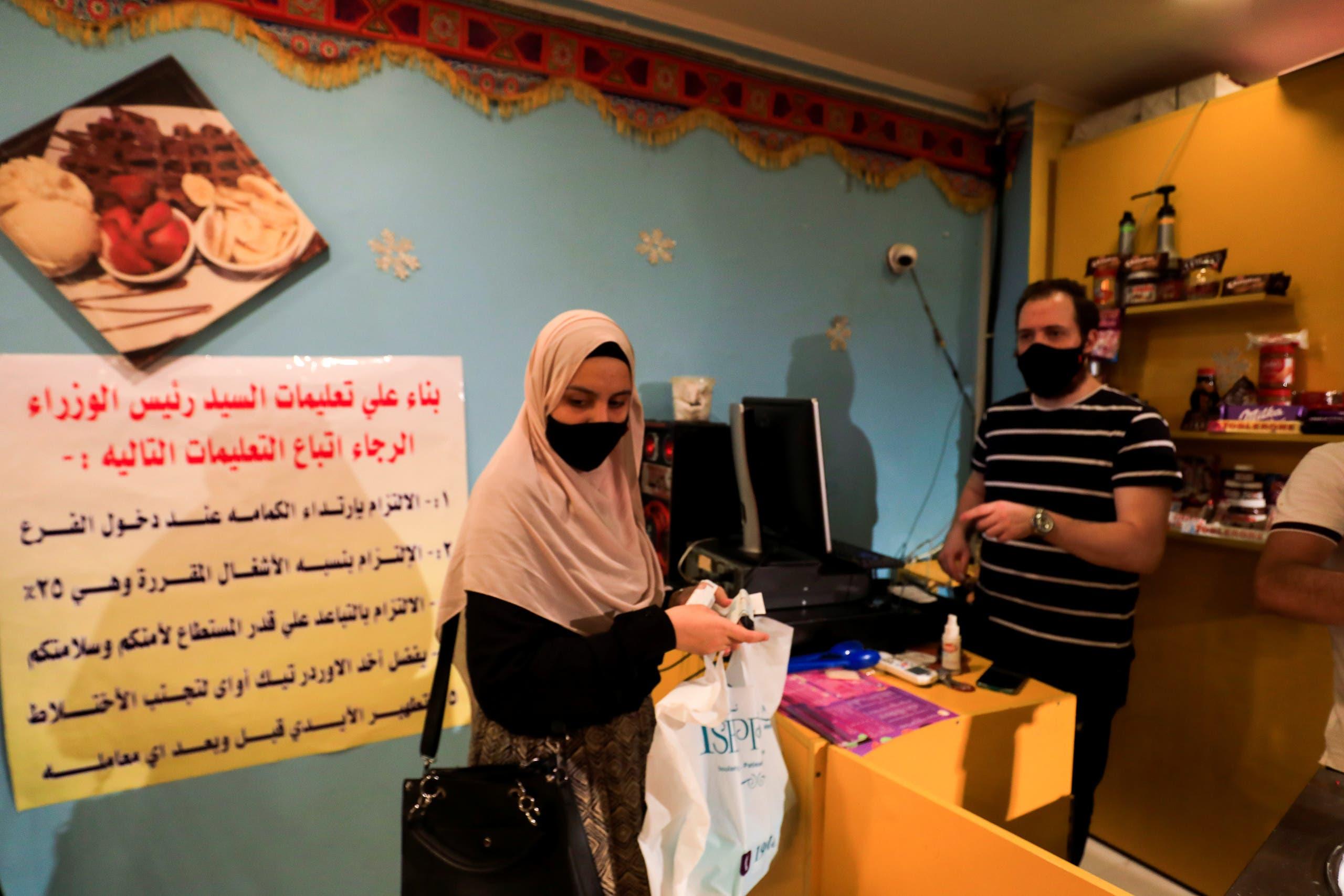 كمامات في متجر لبيع المثلجات في القاهرة