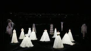 """أزياء """"فالنتينو"""" تجسد النقاوة في عالم اتشح بالسواد"""